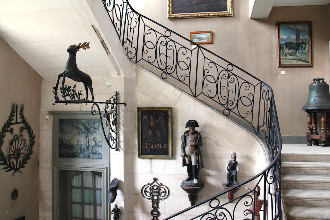enseignes de commerces au musée dupuy mestreau à Saintes, dans le hall d'entrée.