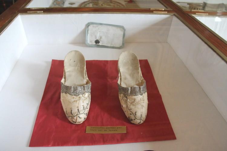 Souliers de Louis XVI sous vitrine au musée Dupuy-Mestreau