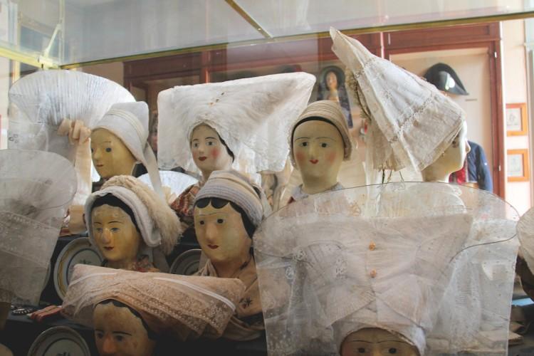 Coiffes saintongeaises sous vitrine au musée Dupuy-Mestreau à Saintes