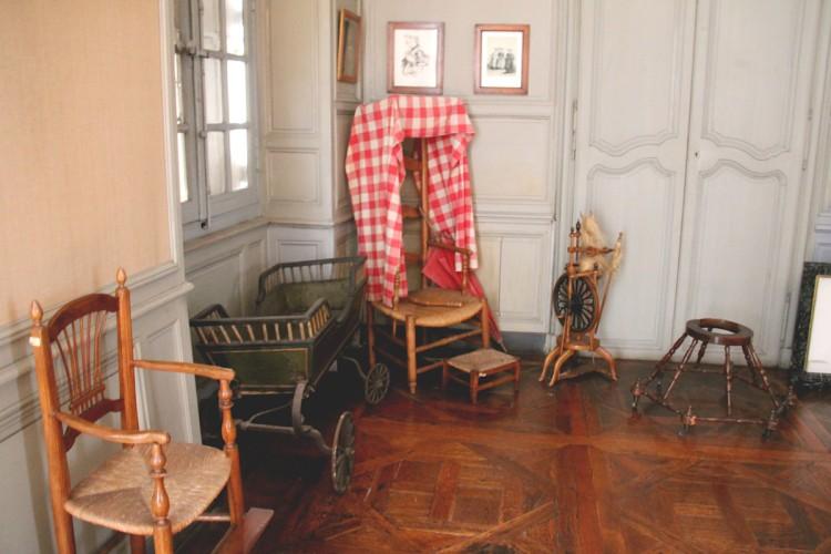 Objets liés à la maternité et l'enfance au musée Dupuy-Mestreau de Saintes
