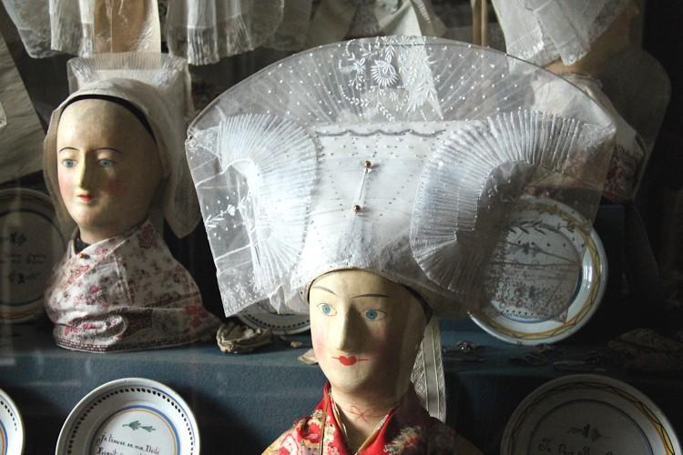 Coiffe saintongeaise dans la salle des coiffes au musée Dupuy-Mestreau