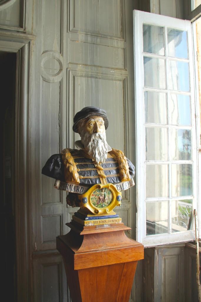 Buste de Palissy réalisé par Giuseppe Devers et présente dans la salle des faïences du Musée Dupuy-Mestreau