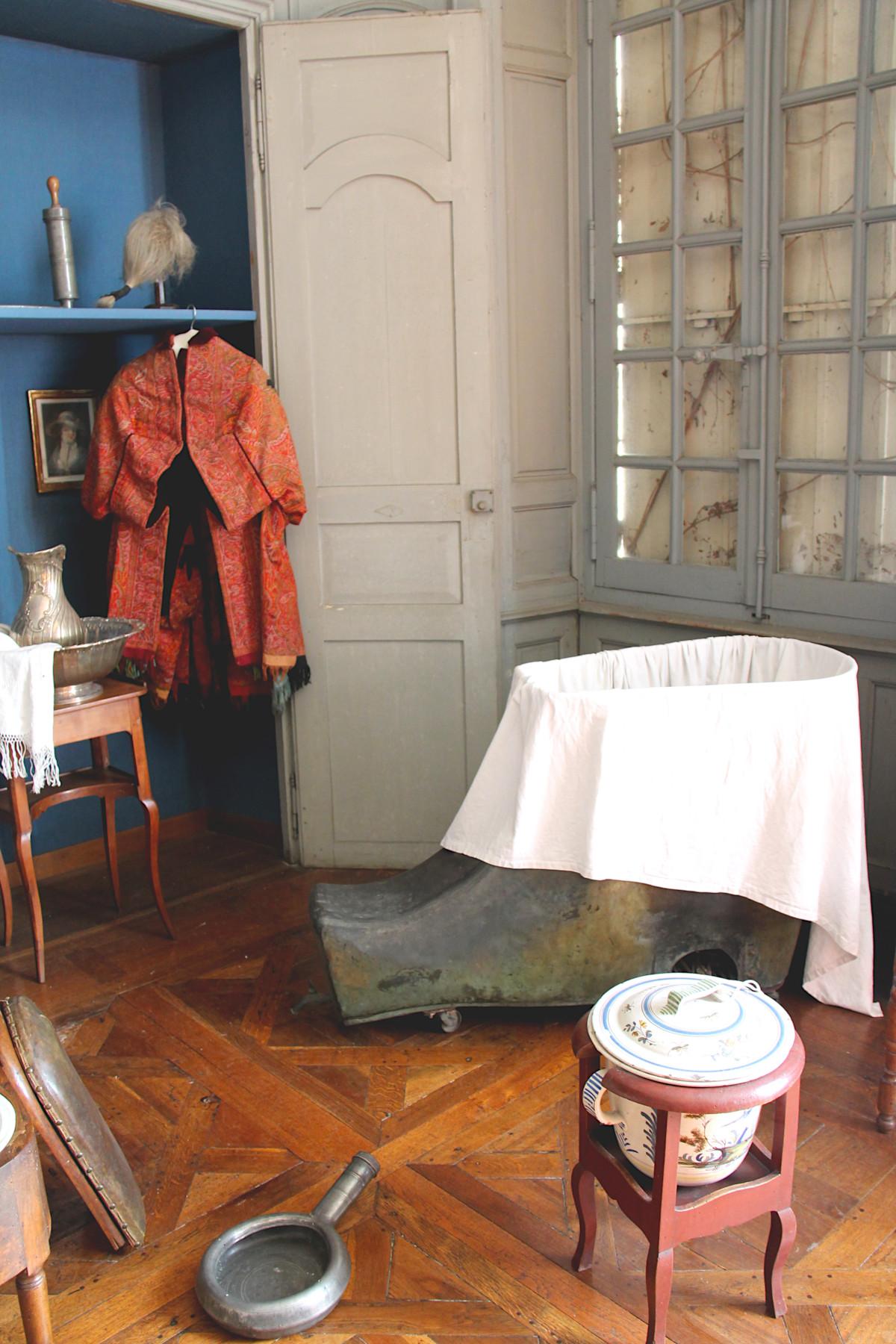 Objets d'hygiène dans la salle du lit du musée Dupuy-Mestreau