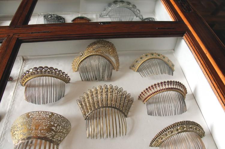 Tiares dans la salle du lit du musée Dupuy-Mestreau