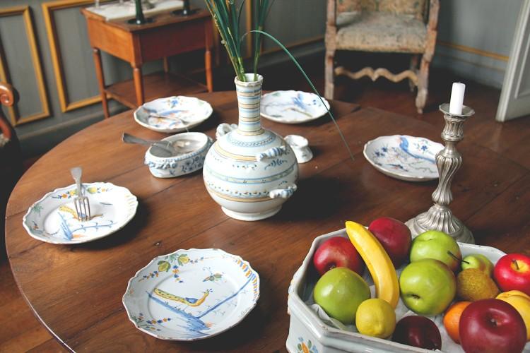 Table de la salle Tonnay-Charente du musée Dupuy-Mestreau