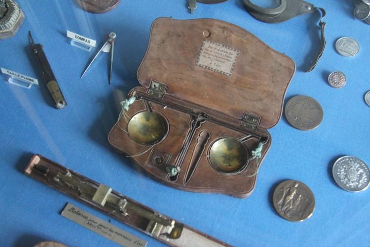 Objets divers dans la bibliothèque du musée Dupuy-Mestreau