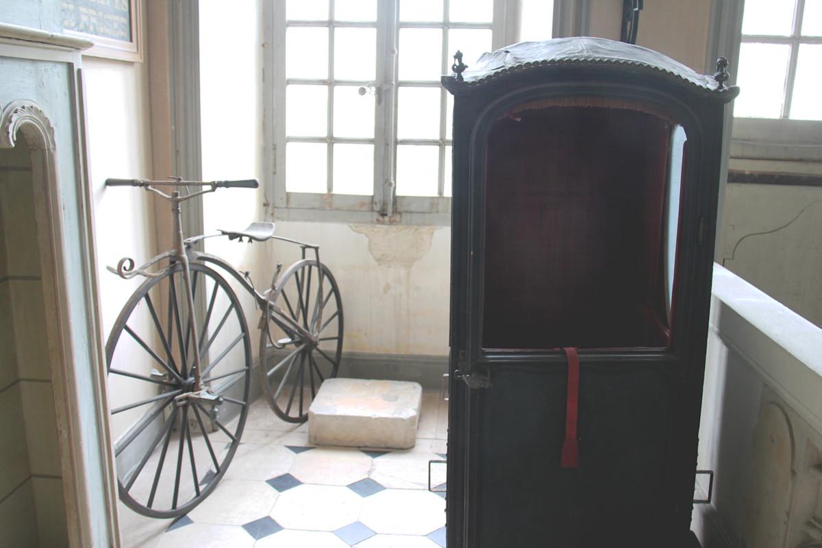 chaise à porteur et vélocipède dans le hall du musée Dupuy-Mestreau