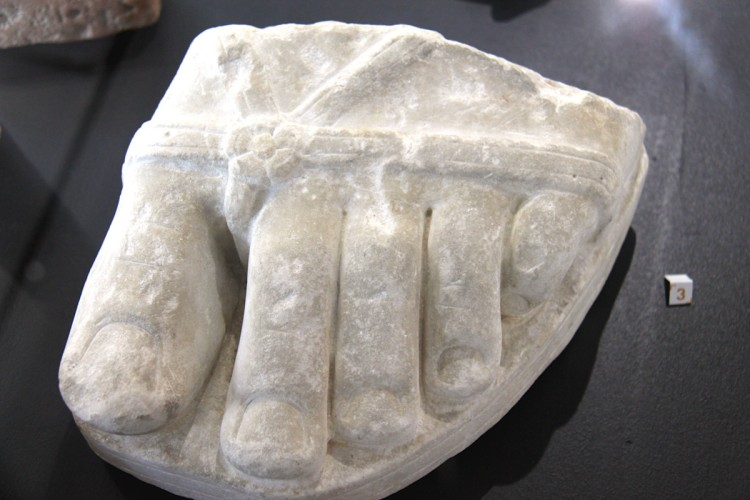 statue de pied dans le musée archéologique de Saintes
