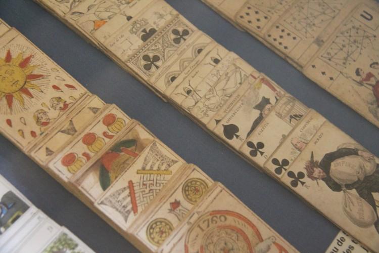 Carte à jeux dans la salle du balcon du Musée Dupuy-Mestreau de Saintes
